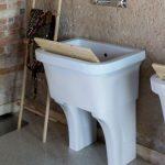 Lavatoio a muro Best in ceramica, bianco lucido, con troppopieno. L 62 x P 50 x A 80.5 cm